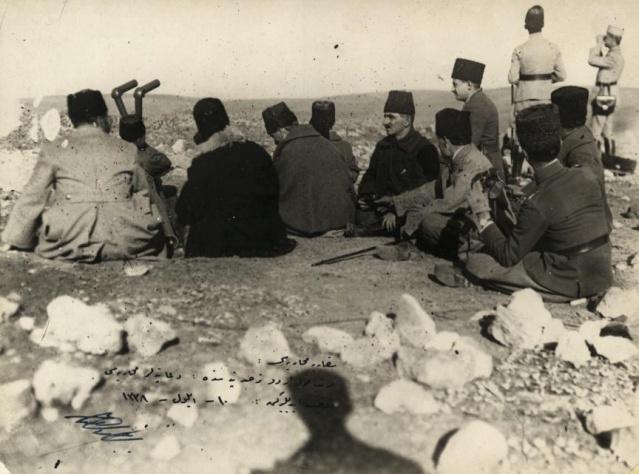 Başkomutan Mustafa Kemal Paşa, Genelkurmay Başkanı Fevzi (ÇAKMAK) Paşa, Yaveri Salih (BOZOK) Bey ve diğer komutanlar Zafertepe'de, Polatlı-Ankara, 9 Eylül 1921.