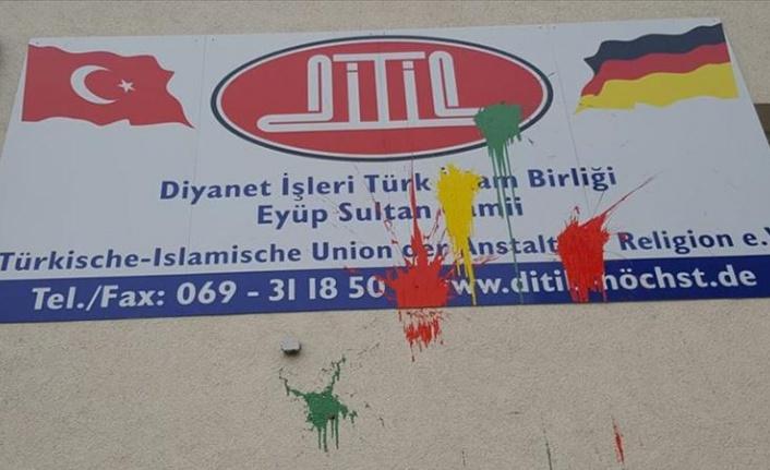 Almanya'da İki Camiye Saldırı!