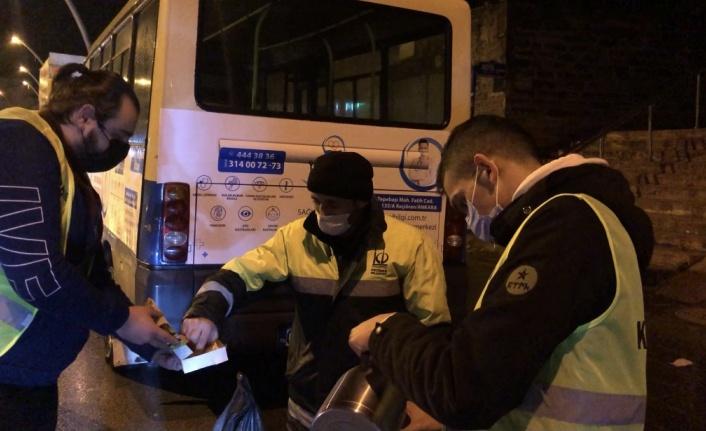 TÜGVA Keçiören'den Yağmurlu Gecede Temizlik Personeline Destek