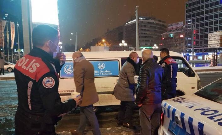 Ülkü Ocakları'ndan Ankara Sokaklarında Sıcak Çorba İkramı