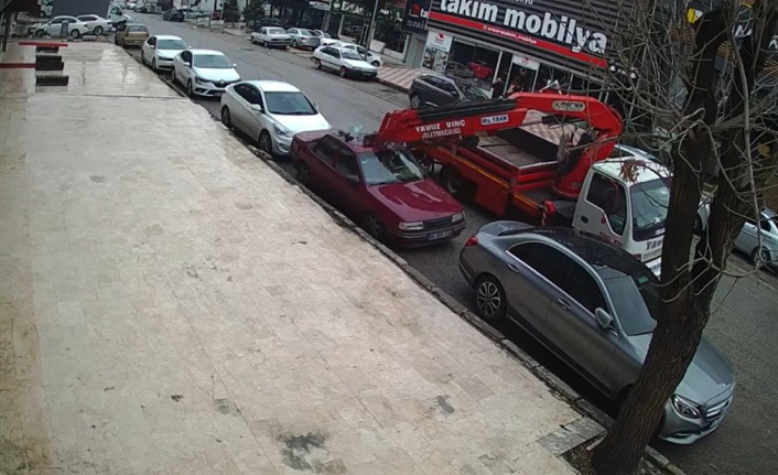 Ankara'da Vinç Dehşeti: Park Halindeki İki Otomobili Biçti