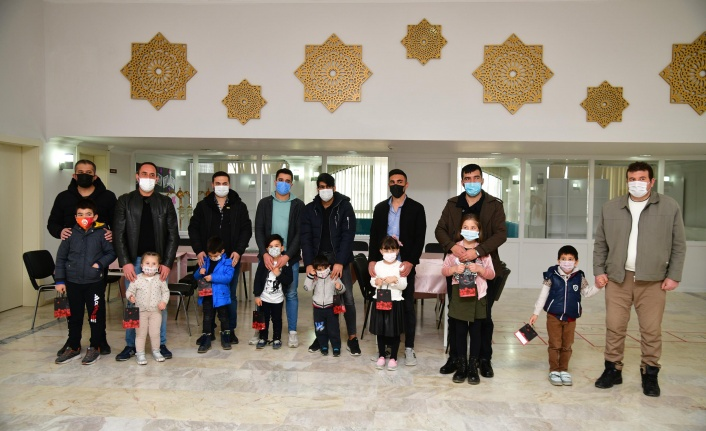 Kursiyer kadınlara eşlerinden 8 Mart kutlaması