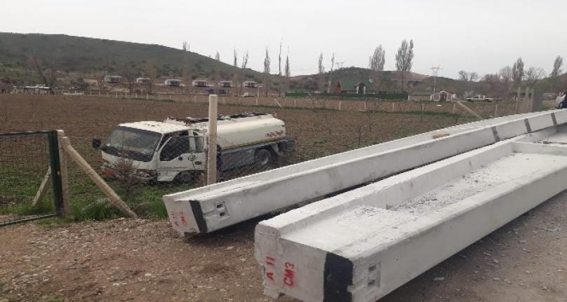 Ankara'da Korkunç Kaza: Yola Beton Kolon Düştü!