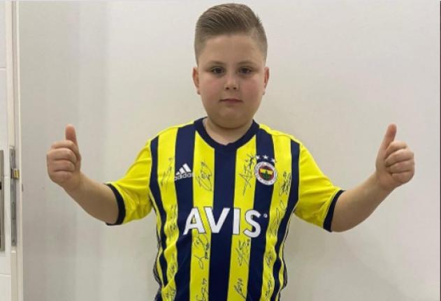 Fenerbahçeli Futbolculardan Genç Müzisyen Fevzi Kaan Türker'e İmzalı Forma