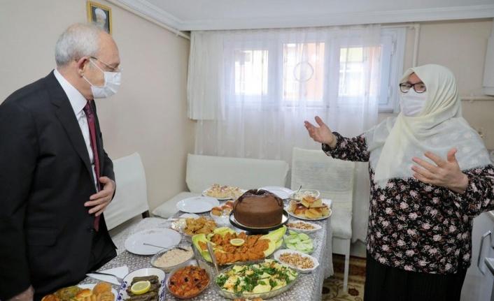 Kemal Kılıçdaroğlu'nun Tarikat Lideri Önündeki Fotoğrafı Tartışma Yarattı