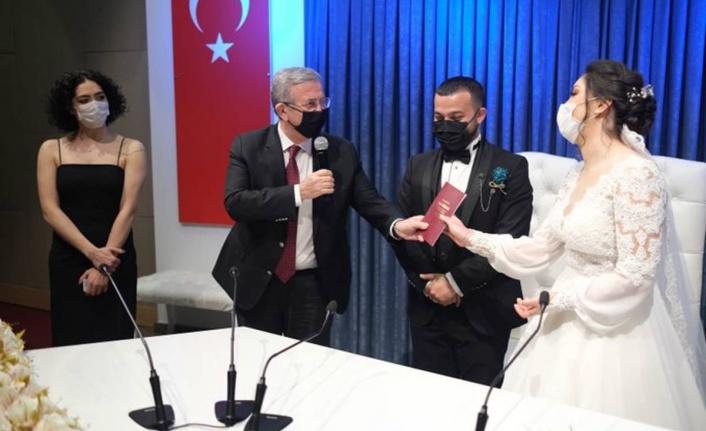 Mansur Yavaş 'Kendimi Zincirlerim' Diyen Takipçisini Kırmadı: Nikahı Kıydı