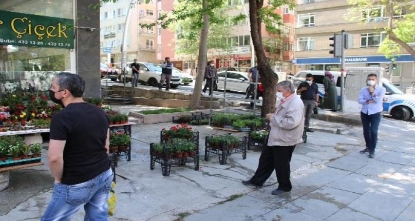 Ankara'da Ucuz Baklava Almak için Vatandaşlar Metrelerce Kuyruk Oluşturdu