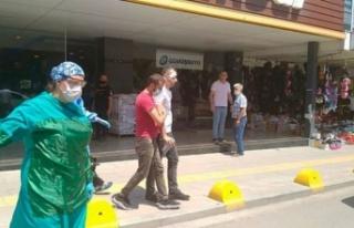 Maske Takmasını İsteyen Mağaza Müdürüne Saldırdı!