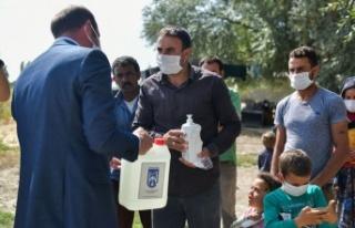 Ankara'da Mevsimlik İşçilere Dezenfektan Dağıtıldı