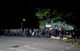 Kırgızistan'da Göstericiler Meclisi İşgal...