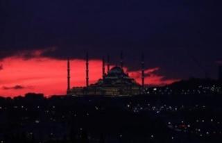 İstanbul Kızıla Boyandı