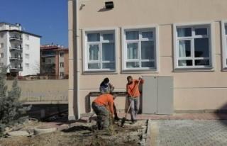 Sincan'da Okul Bahçelerine Fidan Dikiliyor