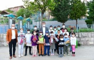 Çocukların Bayram Hediyesi Başkan Murat Amca'dan