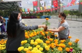 Çankaya'da Atık Getirenlere Çiçek
