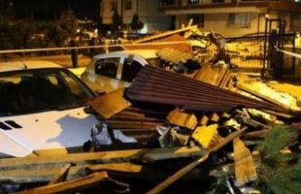Ankara'da Etkili Olan Şiddetli Fırtına Binaların Çatılarını Uçurdu