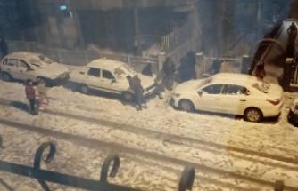 Ankara'da Yasağa Rağmen Sokağa İnip Kartopu Oynadılar!