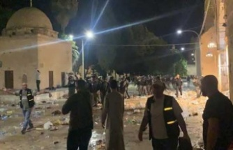 İşgalci İsrail Namaz Kılan Cemaate Ses Bombalarıyla Saldırdı!