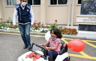 ABB'den Kağıt Toplayan Kız Çocuklarına Akülü Araba Hediyesi