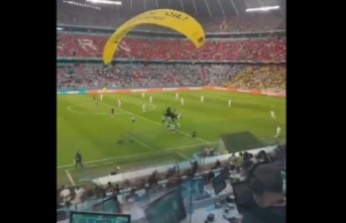 Eylemciler EURO 2020 Karşılaşmasında Sahaya Paraşütle Daldı: Gözaltına Alındılar