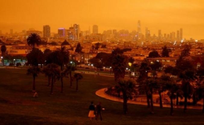 California'daki Yangınlar Nedeniyle Gökyüzü Kızıla Boyandı