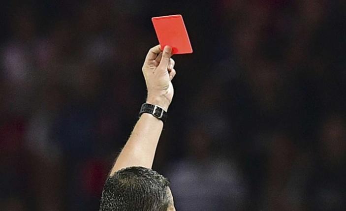 Öksüren Futbolcu Kırmızı Kart Görecek